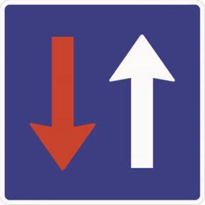 Skiltet angir at møtende kjørende er pålagt vikeplikt